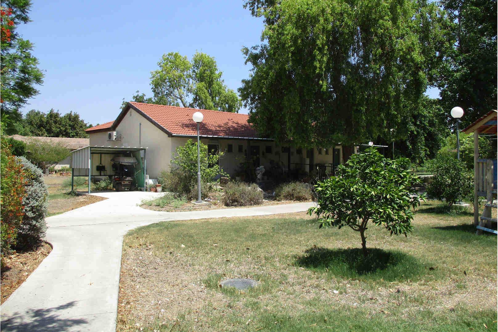 בית אבות סביון חצר